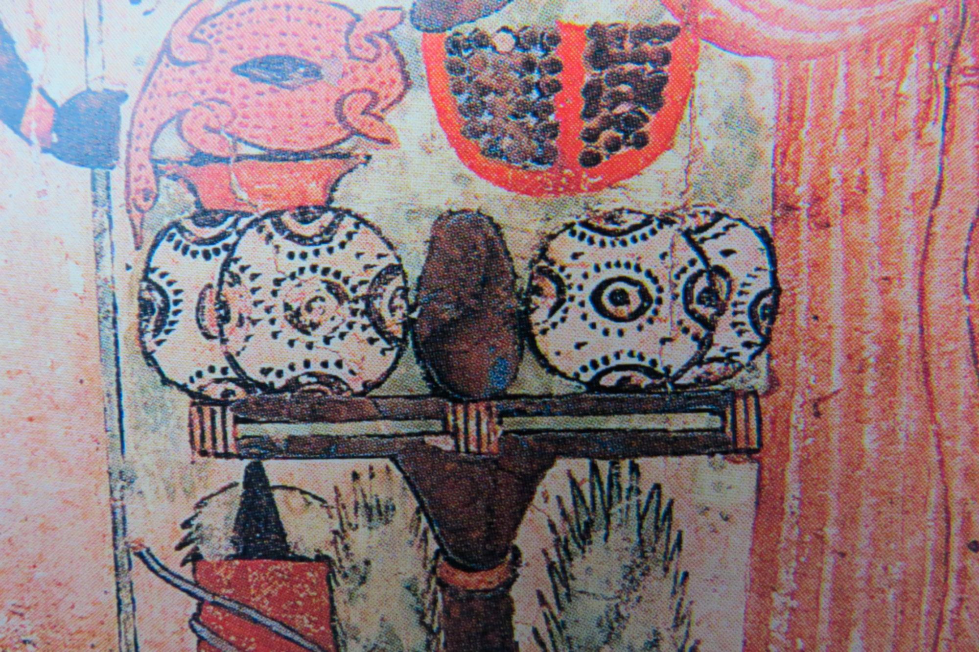 """Marques symboliques """"des pains posés sur le signe Hotep,"""" sur un bas relief égyptien - stèle prêtresse Deniouenkhons, vers 945-712 av JC"""